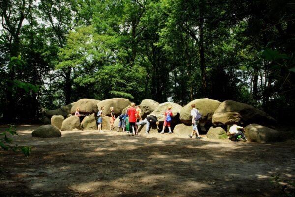 In het Drentse landschap vind je restanten van 54 grafmonumenten, hunebedden genaamd.