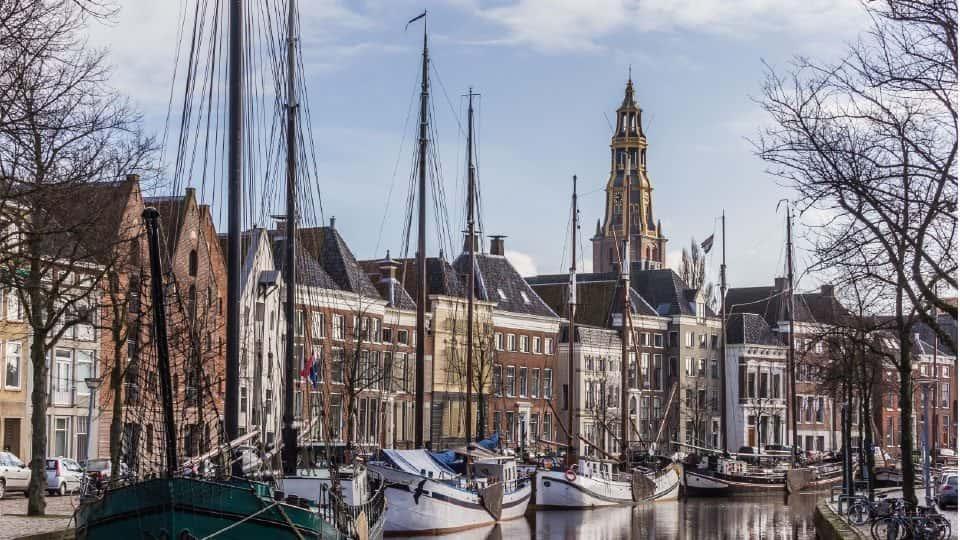 In de twee mooiste middeleeuwse gebouwen van Groningen is het Noordelijk Scheepvaartmuseum gevestigd.